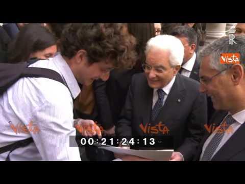Mattarella autografa la foto di quando era giovane a Palermo