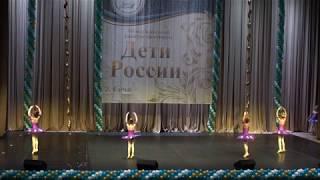 Дети из балетной студии танцуют польку Штрауса.