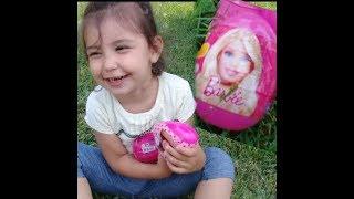 Parkta barbie sürpriz yumurtaları açtık.