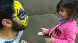 Örümcek Adam Sihirli Güçlerini Kaybetmiş Hasta Olmuş. Ayşe Ebrar Doktor Oldu Onu Muayene Etti.