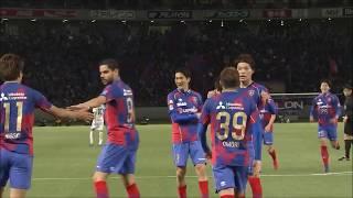 ドリブルで右サイドを突破した室屋 成(FC東京)のクロスがオウンゴール...