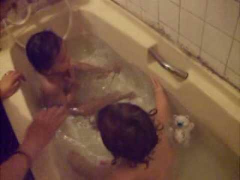 兩位小女孩玩水