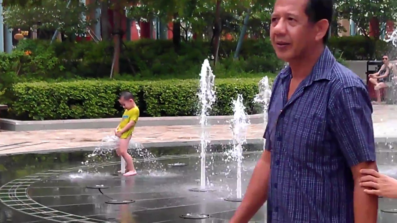 Kids playing with water guns - YouTube