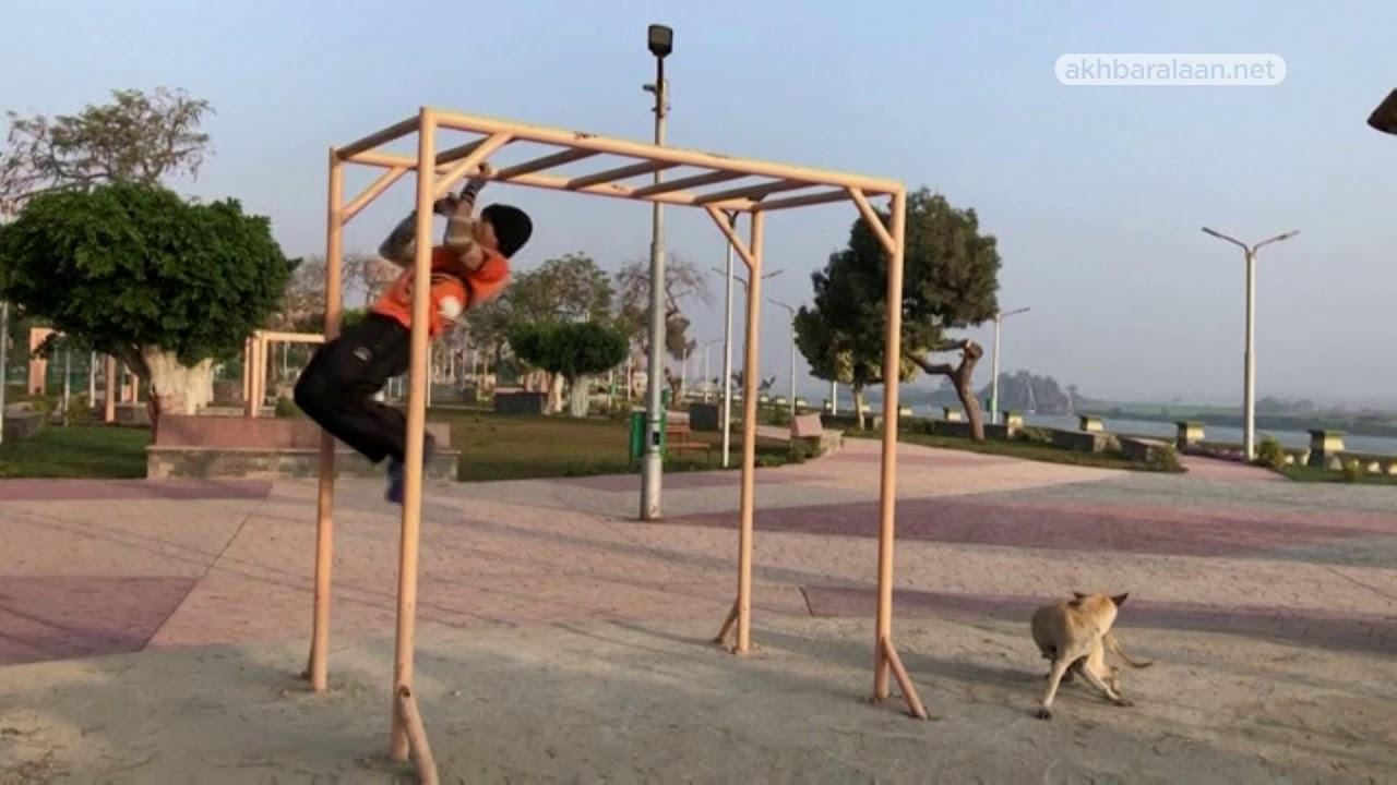 مسن مصري يتحدى القيود ويحول الشوارع إلى صالات للرياضة