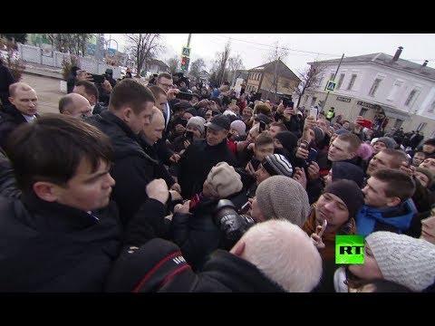 شاهد.. استقبال حافل للرئيس بوتين يجبره التوقف أمام الشعب وترحيبه وسط شارع  - نشر قبل 1 ساعة