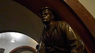 Матрос-сигнальщик Олимпий Рудаков на станции метро Площадь Революции