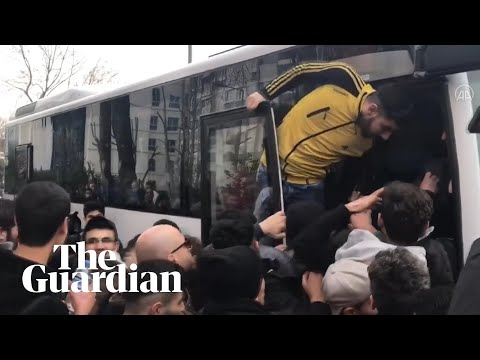 Refugees in Istanbul rush to board coach to reach Turkish border to Europe