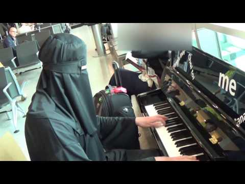 Burka Pianist  Amazes Passengers at The Airport!