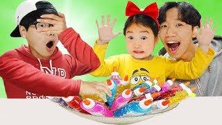 Boram et DDochi et Conan jouent avec les couleurs et la boue dans une aire de jeux intérieure.