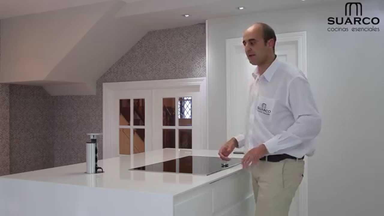 Video cocinas modernas blancas americanas sin tirador lacadas con encimera  silestone blanco zeus