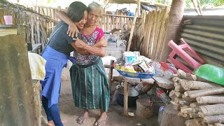 Humilde Anciana Abraza a CHIKI de Alegría por Ayudarla