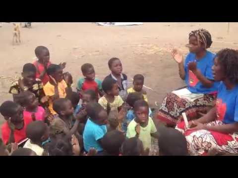 Crianças louvando na aldeia de Chicumba