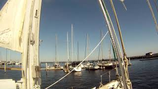 HOW TO DOCK A BIG SAILBOAT IN STRONG CROSS CURRENT & WIND