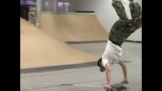 【19岁盲人少年仅凭一根拐杖玩转滑板】