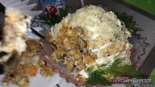 Салат шпроты с сухариками.
