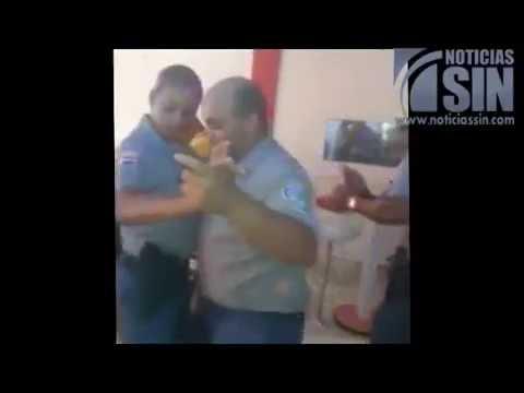 Video muestra policías bailando en un bar uniformado y armas de reglamento - 30/10/2014