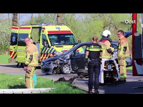 Twee personen gewond door frontale botsing in Enschede