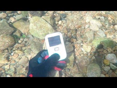Mergulho no rio com detector de metal para achar objetos perdidos