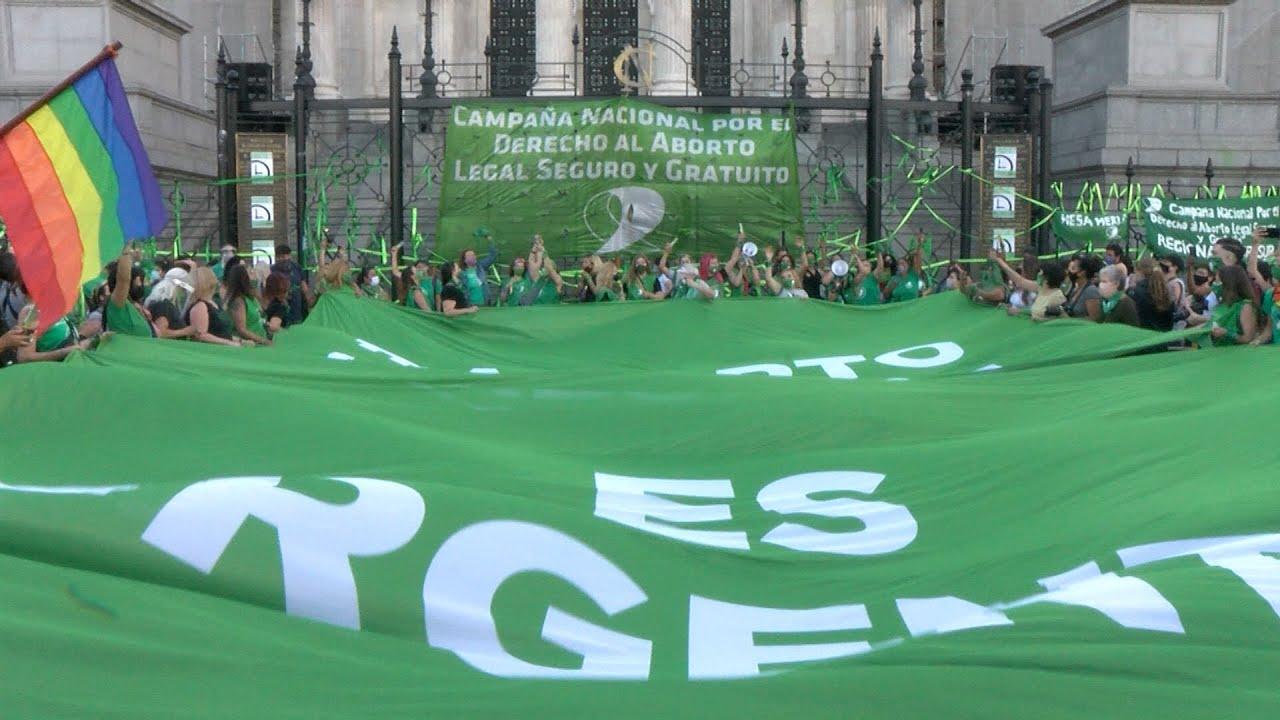 Una multitud elevó pañuelos verdes frente al Congreso para pedir la legalización del aborto