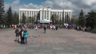 1 мая 2016 года в г Абакане  Завершение мероприятия. Мальчик пинает ноги Ленину.