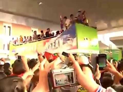 ปรากฏการณ์ใหม่ แฟนบอลทะลักดอนเมือง ต้อนรับ ฟุตบอลทีมชาติไทย