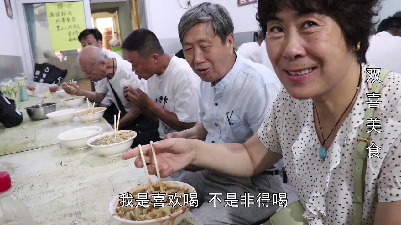 天津地道锅巴菜,6元一碗配豆浆喝,本地顾客端碗站门口吃