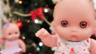 Куклы Пупсики открывают Новогодние Киндер Сюрпризы и поют Песенки на Новый Год Зырики ТВ Игрушки