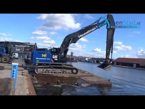 Ponton en kraan vast onder Blauweklap brug Assen