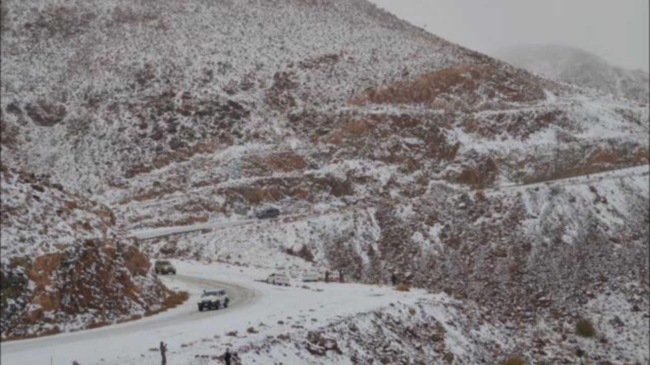 ثلوج جبال اللوز بمنطقة تبوك الاربعاء الموافق 27 2 1434هـ Youtube