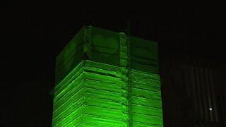 Londra, Grenfell Tower illuminata un anno dopo l'incendio