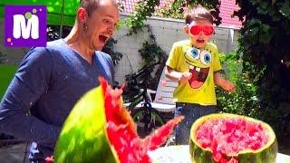 АРБУЗ  Челлендж взрываем большой арбуз резинками Exploding Watermelon Challenge(Макс с папой решили сделать взрыв арбузу с помощью большого количества канцелярских резинок, арбуз не выде..., 2016-05-22T13:38:38.000Z)