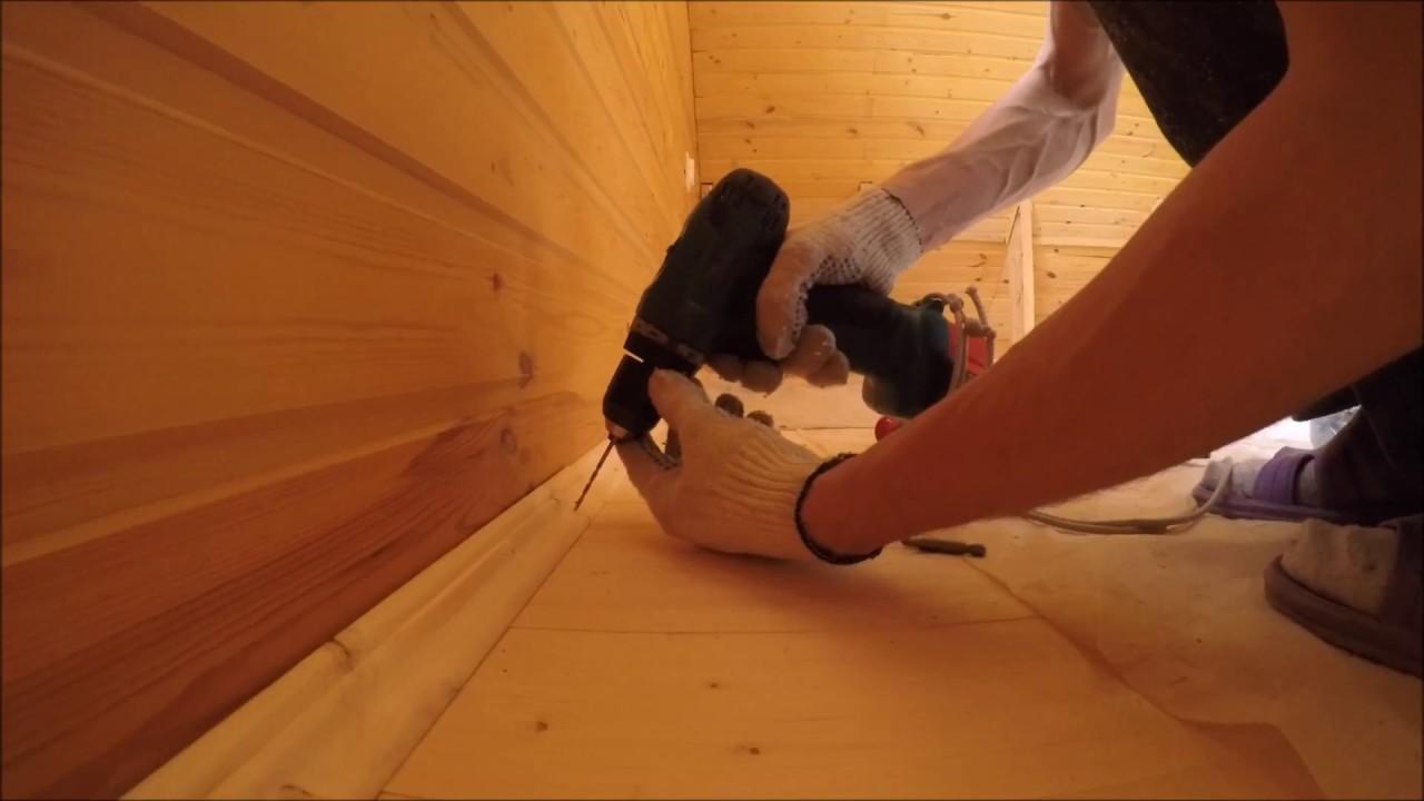 Плинтус деревянный. Плинтус является декоративным элементом, который часто ставит завершающую точку в процессе отделки. Плинтус закрывает все стыки между полом и стеной, а в некоторых случаях и между стеной и потолком, что придает отделке необходимую завершенность.