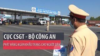 CSGT tuyên truyền luật, phát khẩu trang ở trạm thu phí cao tốc  - PLO