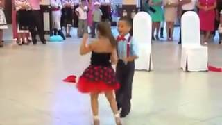 Мальчик и Девочка классно танцуют.(, 2015-07-05T08:32:01.000Z)