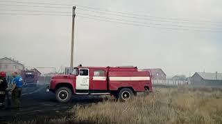 Под Оренбургом огонь вполтную подобрался к домам поселка 9 Января