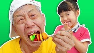 세상에 없는 독특한 음식을 할아버지께 만들어 드렸어요!! 유니의 요리 배틀 자이로팽이 무당벌레 팽이 놀이 Ladybug top toy - 로미유 스토리 Romiyu Story