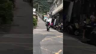 Quando prende la moto diventa indisponente a tutto il quartiere!!!