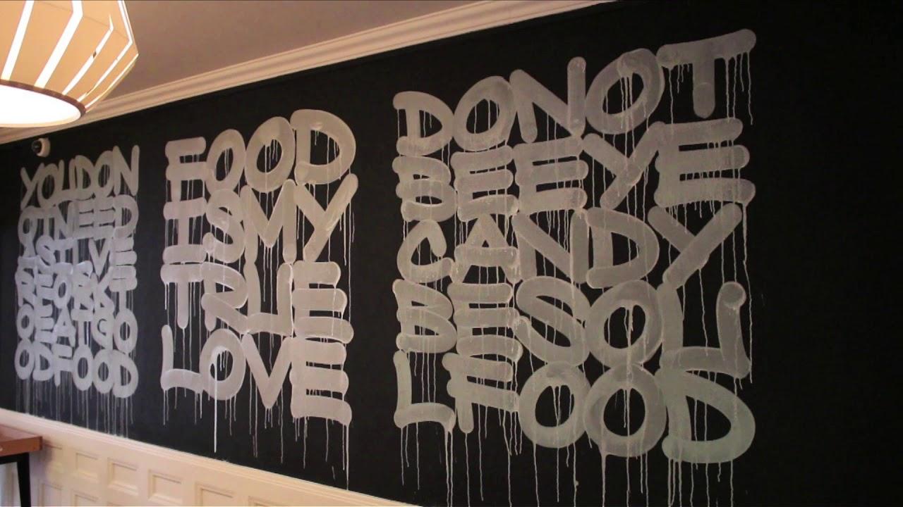 Graffitikunstenaars tekenen voor interieur Cucina del Mondo Heerlen
