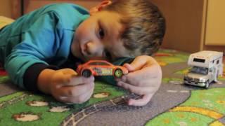Первое видео на канале  Мальчик Тема играет машинками Hot Wheels