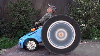 سينيا وعجلاته الضخمة في سيارة صغيرة