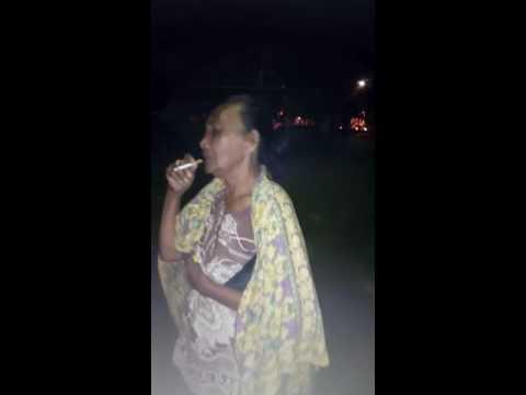 Nenek Gaul Ngakak Habis Dengan Lagu Pilihannya