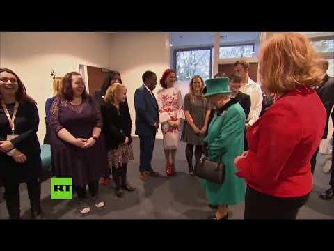 """""""¡Adiós!"""": Un niño 'escapa' gateando de la reina Isabel II"""