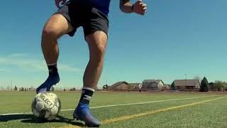 Двойное ведение мяча внешней и уход назад подошвой со скрещением ног