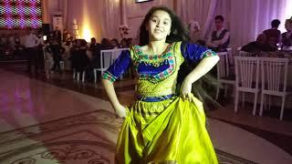 Azerbaycanli qizin gozel hind reqsi.