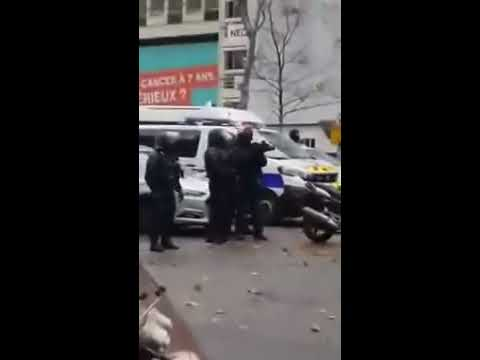Gilets Jaunes - Un policier se change, puis rejoins les casseurs