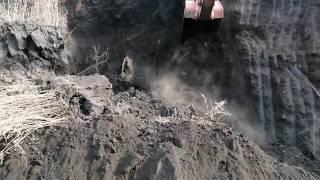 Обычный рабочий день, гружу мусор, глину, рушу землю ( работа на экскаваторе)