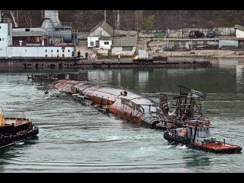 Опрокинувшуюся подлодку вывели из утонувшего дока в Севастополе