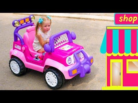 Настя и папа играют в магазин игрушек и отель
