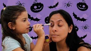Maria Clara tentando maquiar a mamãe para o halloween 1