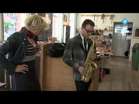 Benjamin Herman probeert de Amsterdam Free Wind altsaxofoon in het TV programma 'Vrouw zoek Kunst'